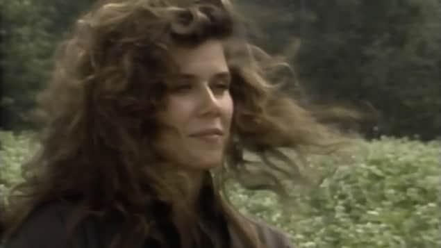 Marina Orsini, regardant l'horizon sur le site bucolique du tournage de la série «Les filles de Caleb».
