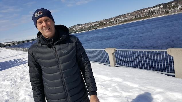 Mario Cyr près de la rivière Saguenay