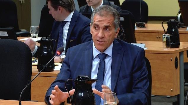 L'ex-patron de la Sûreté du Québec, Mario Laprise, devant la commission Chamberland