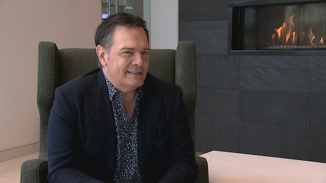 Mario Pelchat en entrevue dans le hall d'un hôtel.