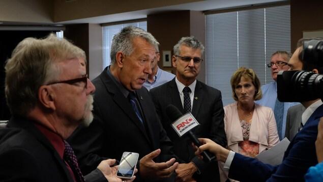 Le maire de Rouyn-Noranda, Mario Provencher, s'adresse aux médias.
