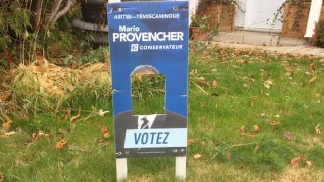 L'affiche d'un candidat découpée