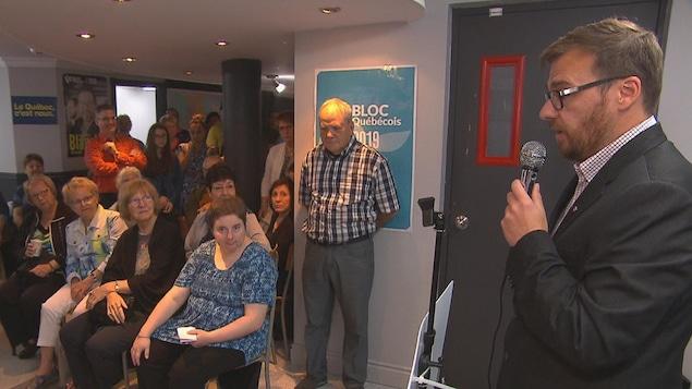 Le candidat bloquiste dans Jonquière, Mario Simard, a prononcé un discours devant plusieurs de ses partisans.