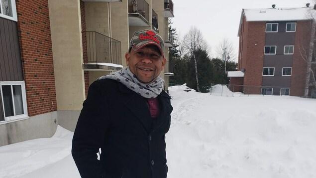 Un homme dans la neige avec une casquette du Canada