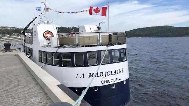Le bateau La Marjolaine est à quai.