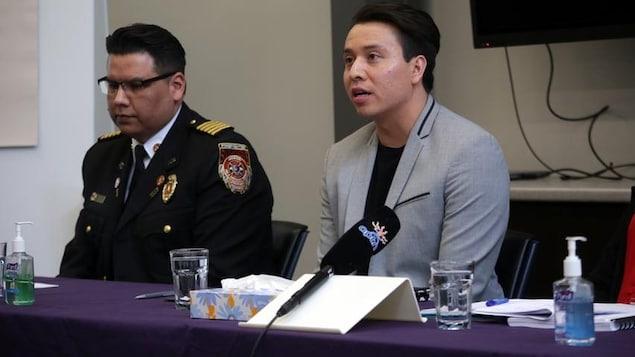Deux hommes en conférence de presse