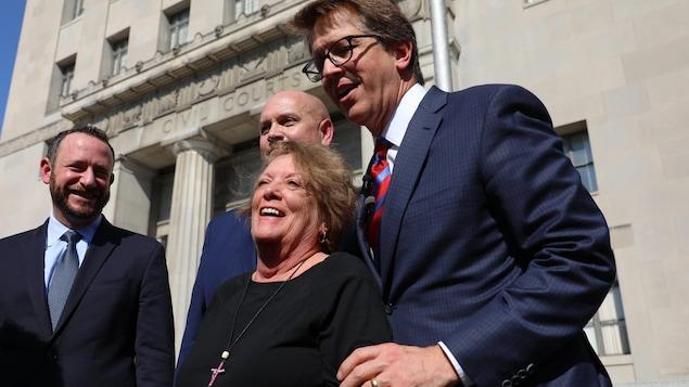 Gail Ingham, une des plaignantes, est entourée des avocats liés à la poursuite, dont Me Mark Lanier (droite).
