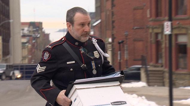 Le sergent légiste Mark Smith se présente au palais de justice de Saint-Jean pour la suite de son témoignage au procès de Dennis Oland pour meurtre. La photo a été prise le 16 janvier 2019.