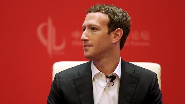 Plan moyen de Mark Zuckerberg portant un veston.