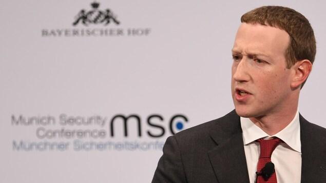 Mark Zuckerberg parle sur une scène.
