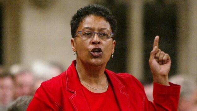 Marlene Jennings parle devant une assemblée en levant le doigt.