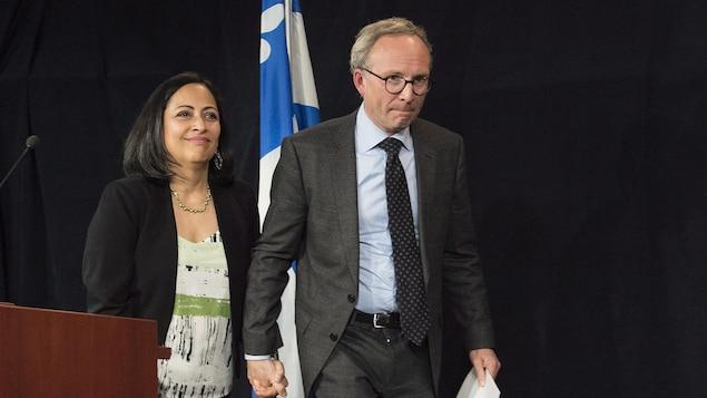 Martin Coiteux a annoncé son départ de la politique vendredi, à Montréal, en présence de sa femme Monica.