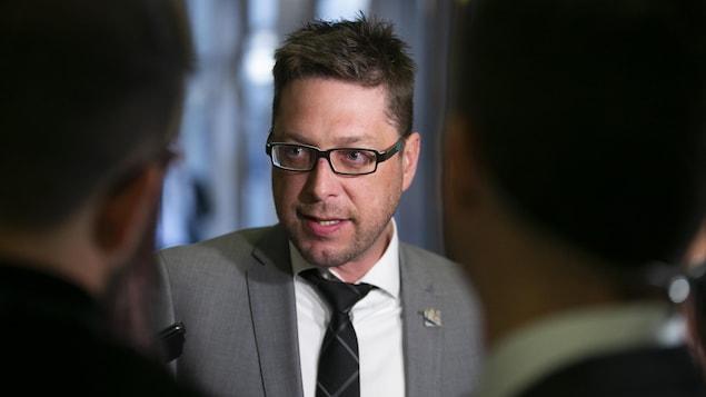 Martin Ouellet en mêlée de presse à l'Assemblée nationale.
