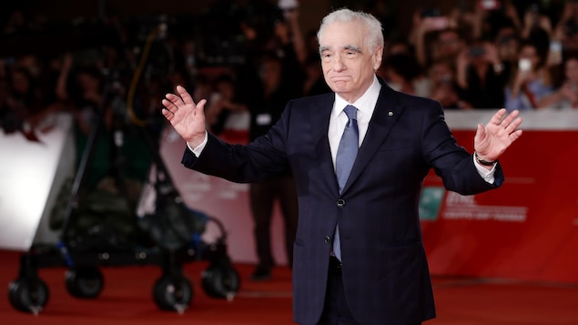 Martin Scorsese sourit aux journalistes.