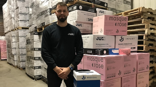Martin Sirois, expert logistique et développement des affaires chez JWG, devant des boites.