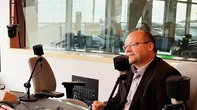 Martin Soucy sur le plateau radio de l'émission Le monde aujourd'hui à Radio-canada Rimouski