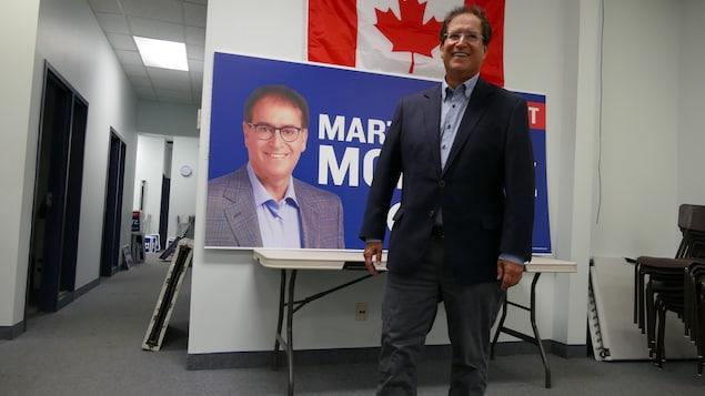 Marty Morantz devant son affiche électorale.