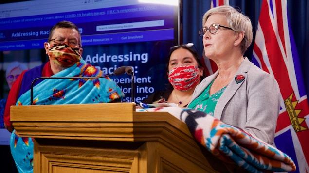 Mary Ellen Turpel-Lafond est accompagnée de dirigeants autochtones lors du point de presse du 9 juillet 2020.