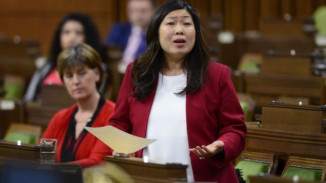 La ministre debout pendant la période des questions aux Communes.