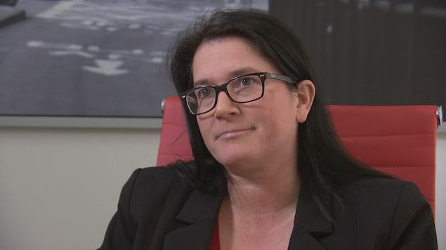 Me Maryse Carrier accorde une entrevue dans son bureau au journaliste de Radio-Canada Pascal Poinlane.