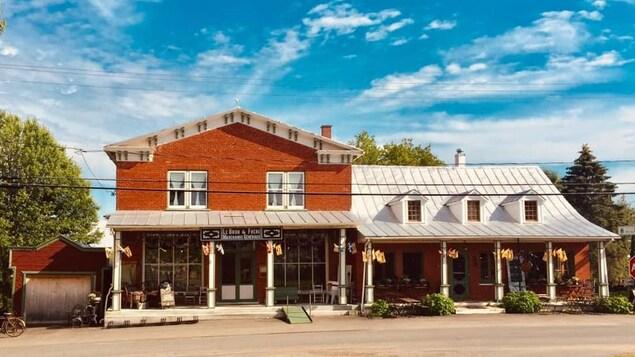 La façade extérieure du magasin général.