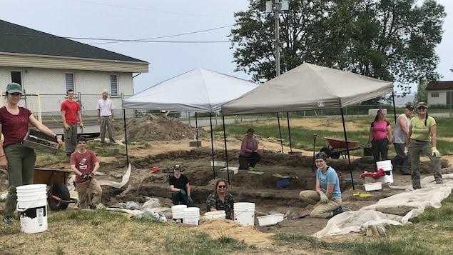 Une équipe d'archéologues sur leur site de travail à Mashteuiatsh.