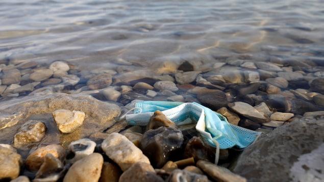 Un masque médical bleu abandonné sur le bord de la mer Morte, en Israël, le 15 novembre 2020.