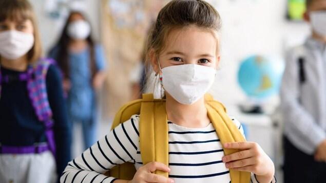 Des élèves portent un masque.