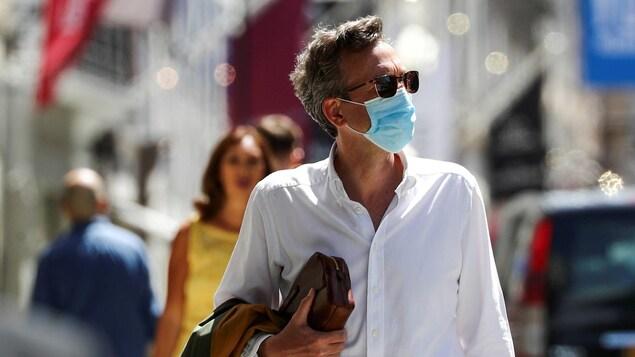 Passant portant un masque à Londres le 18 juillet 2020.
