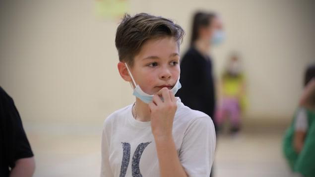 Le masque d'un élève de 1ere secondaire lui tombe sous le nez.