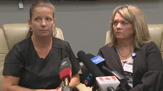 Bridget Thornton et Pamela Moxon en conférence de presse le 18 juillet à Fredericton.