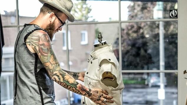 Le designer Bougaricci dans son atelier à Valleyfield
