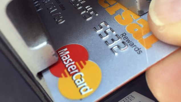 Une carte de crédit Mastercard dans un lecteur.