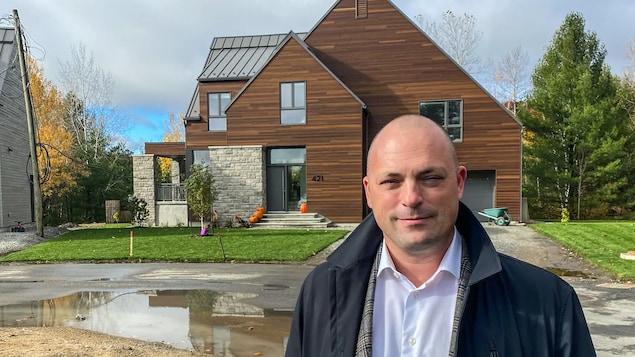 Mathieu Farley devant une maison en construction.