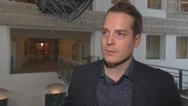 Le conseiller municipal de Rideau-Vanier, Mathieu Fleury, en entrevue dans l'hôtel de ville d'Ottawa.