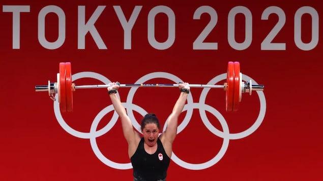 加拿大選手莫德·查倫( Maude Charron )在 2020 年東京奧運會獲得女子舉重 64 公斤級冠軍。
