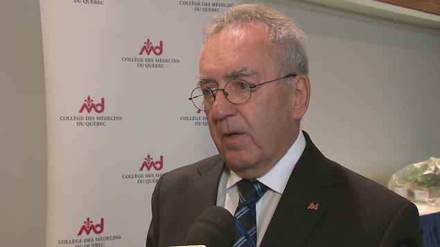 Le Dr Mauril Gaudreault accorde une entrevue à Radio-Canada en marge du colloque annuel du Collège des médecins du Québec.