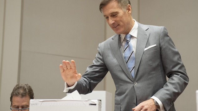 Maxime Bernier en train de voter