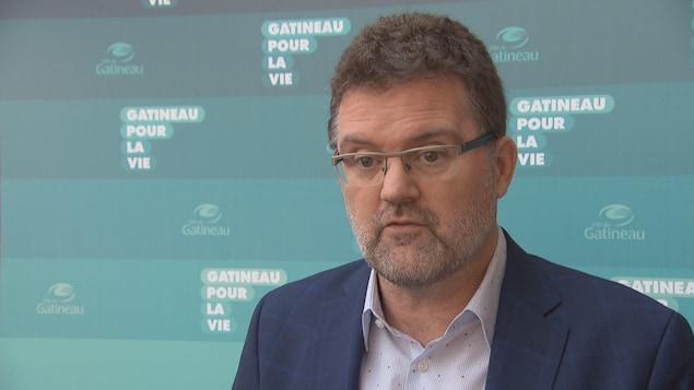 Maxime Pedneaud-Jobin lors d'un point de presse