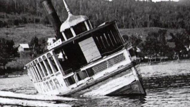 Photo d'archives du Mayflower, un bateau qui a sombré dans le lac Massawippi, en Estrie, à la fin du 19e siècle.