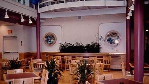Des tables et des chaises à l'intérieur d'un navire
