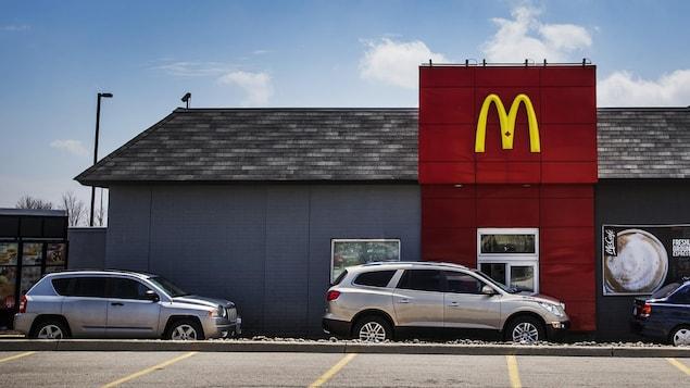 Des voitures au service à l'auto de McDonald's.