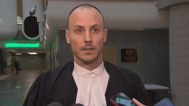 Me Jean-Philippe Lanthier en mêlée de presse au palais de justice de Québec.
