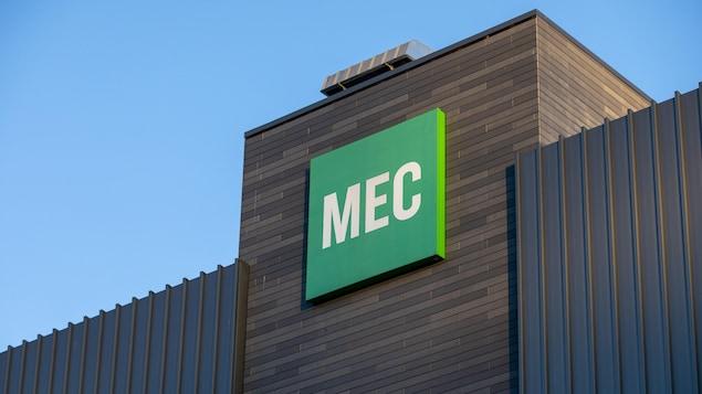 Le panneau d'affichage avec le logo de Mountain Equipment Coop (MEC).