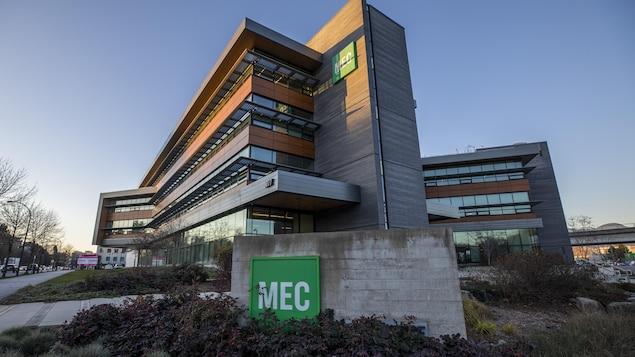Vue de côté du siège social de Mountain Equipment Co-op (MEC) à Vancouver.