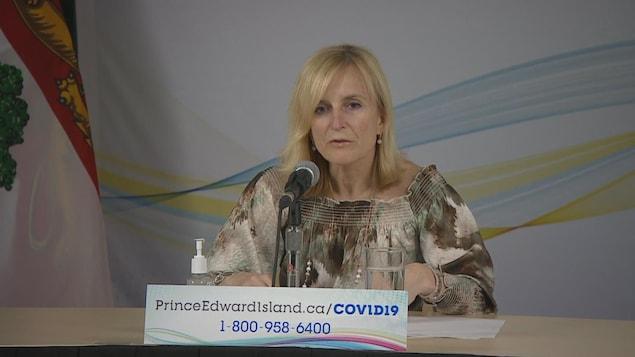 La médecin hygiéniste en chef de l'Île-du-Prince-Édouard, Heather Morrison, en conférence de presse.