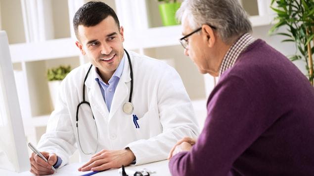 Photo d'un médecin et son patient.