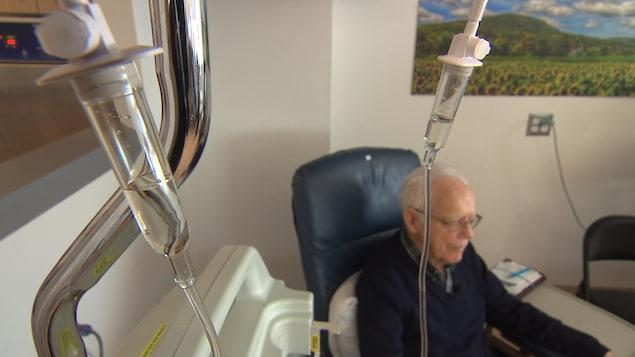 Un médicament est administré à un patient par voie intraveineuse.