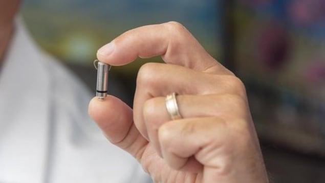 Le stimulateur Micra AV dans la main d'un médecin.