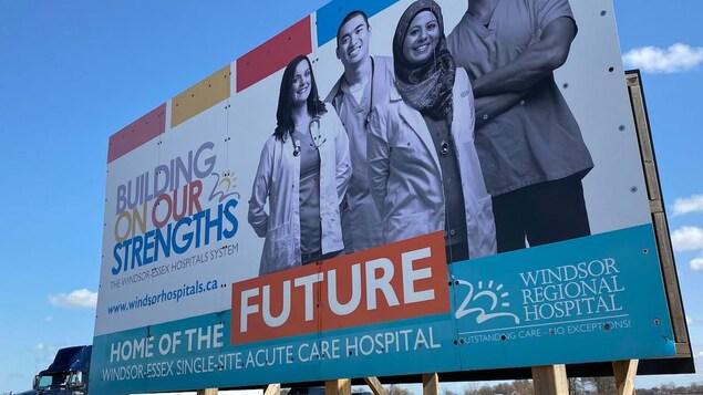 L'affiche d'un nouvel hôpital en bordure de route